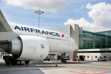 air france boeing 777 200er f gspy parking at terminal nose view