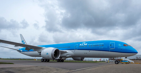 klm boeing 787 9 dreamliner on apron
