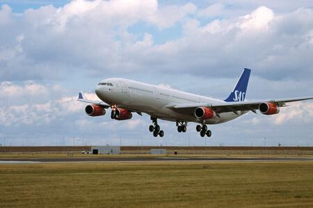 scandinavian airlines airbus a340 landing