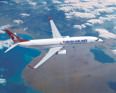 turkish airlines boeing 737 900er airborne over red sea